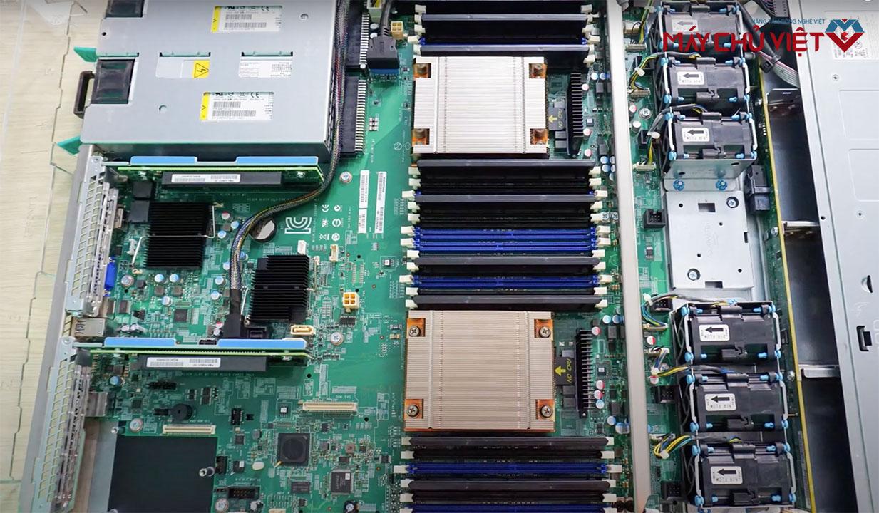 Bên trong của máy chủ Intel R1304